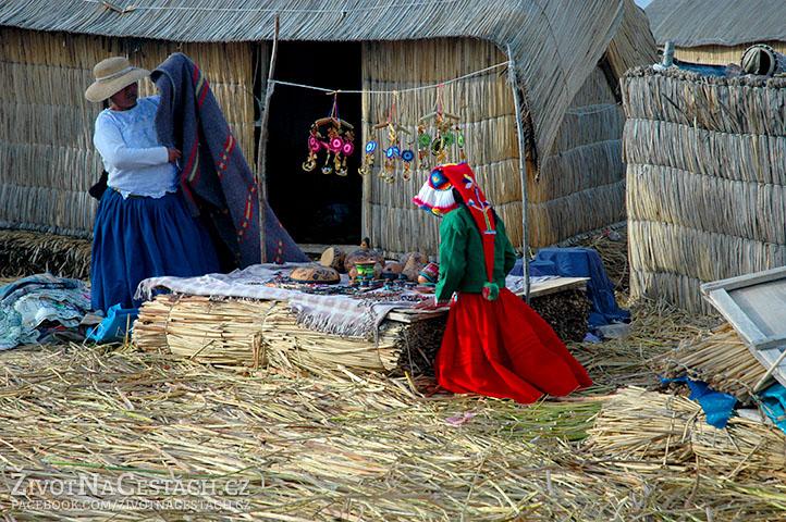 Jezero Titicaca - Příprava prodeje suvenýrů