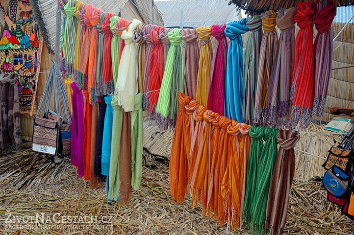Jezero Titicaca - nádherné, ručně tkané šátky.
