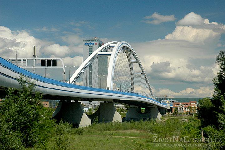 Podjezd pod mostem směrem na Čunovo.