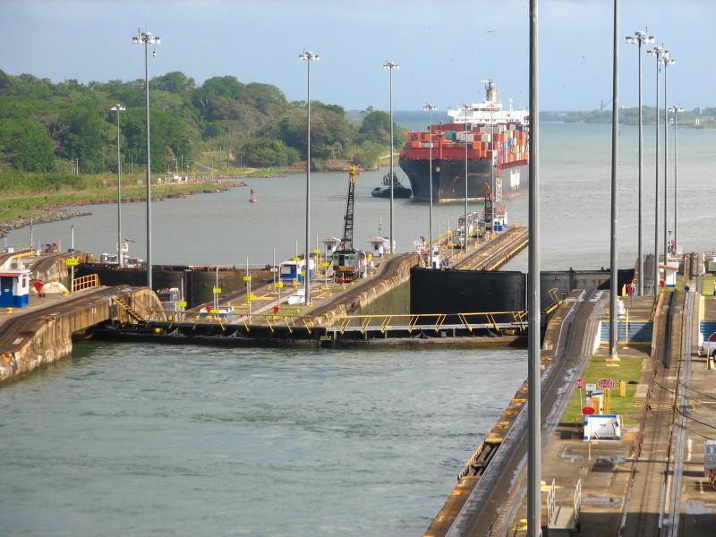 Kontejnerová loď čekající na uvolnění plavební komory