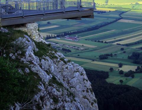 Vyhlídková plošina Skywalk a ocelový chodník Felsenpfad, region Hohe Wand, Rakousko