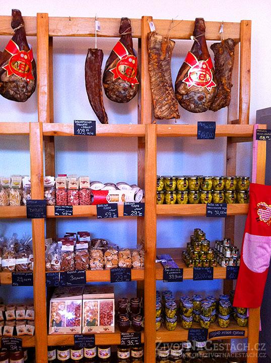 Sirana Gligora - pršut, olivy a různé sušené i zavařené ovoce a sýry.