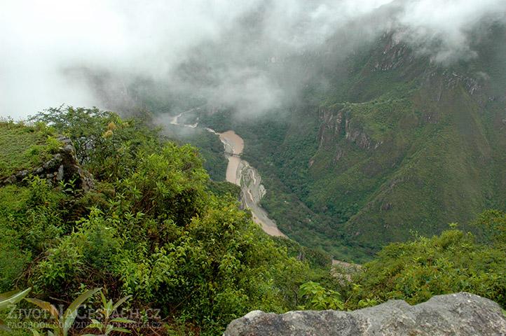 Výhled do údolí a na řeku Urubamba z hory Huayna Picchu