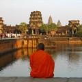 Angkor Wat - mnich, sedící před klášterem