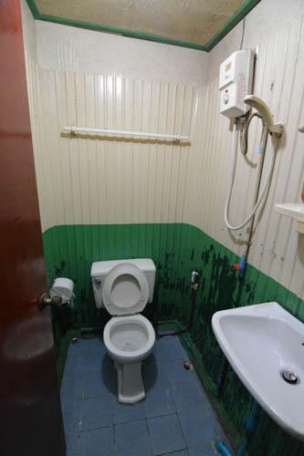 Záchod a koupelna v Sam's River Rafthouse, Kanchanaburi, Thajsko