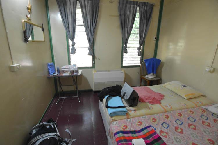 Zařízení nejlevnějšího pokoje v Sam's River Rafthouse, Kanchanaburi, Thajsko