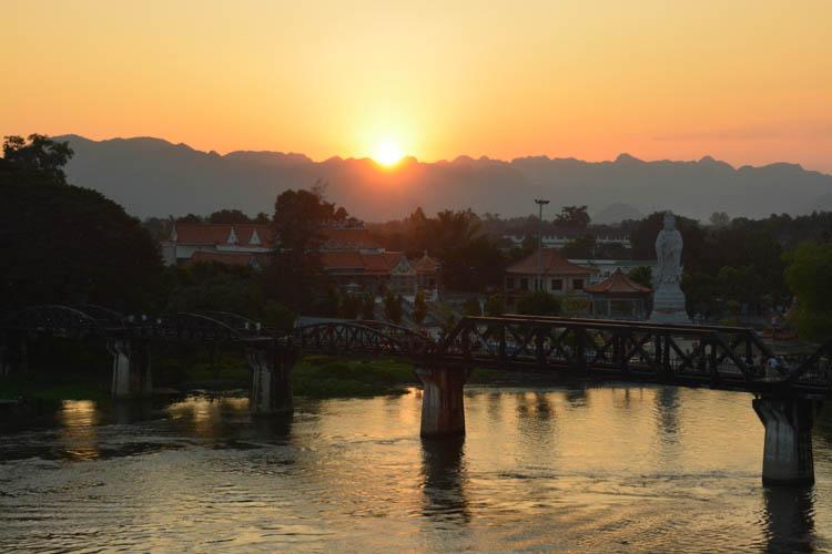 Západ slunce za horami a mostem přes řeku Kwai, Kanchanaburi, Thajsko