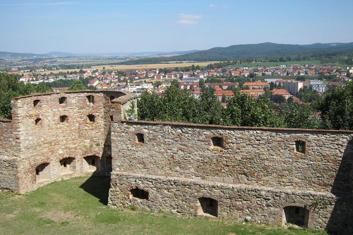 Zdi boskovického hradu, v pozadí Boskovice a Drahanská vrchovina