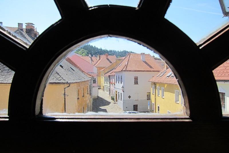 Židovské město skrz okno synagogy