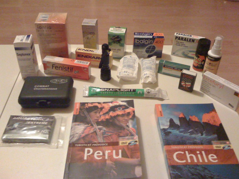 Vybavení, lekárnička a průvodci před cestou do Jižní Ameriky.