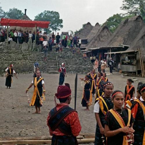 tanečnice ve vesnici Bena