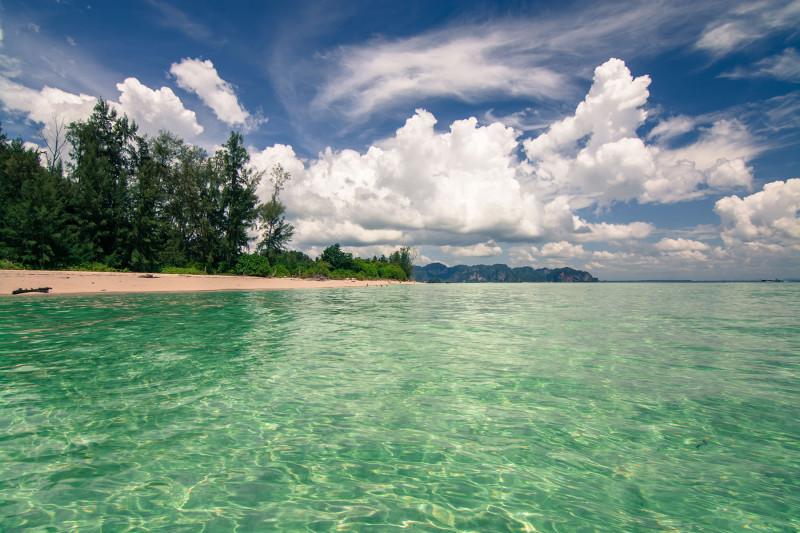 Pohled na pláž na ostrově Ko Poda z moře, Thajsko