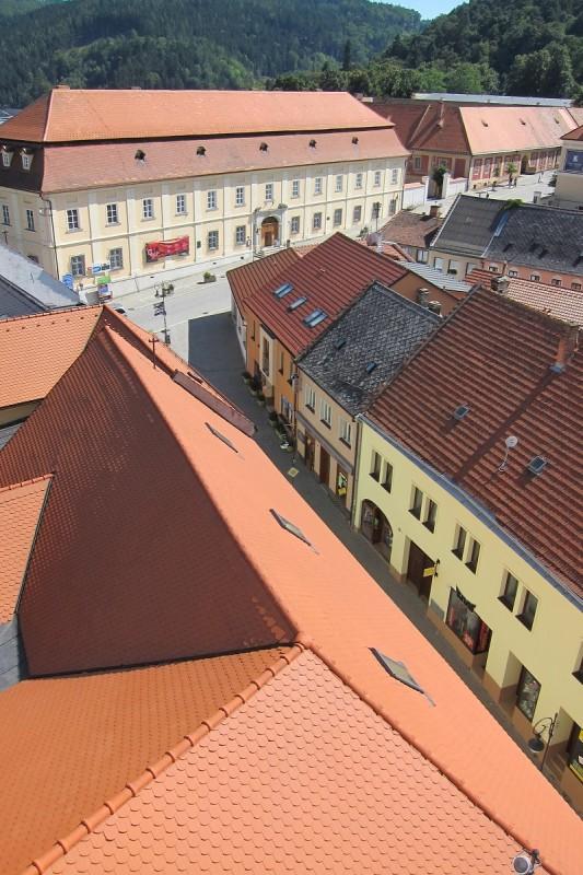 Pohled z radniční věže na budovu rezidence - dnešní Muzeum Boskovicka