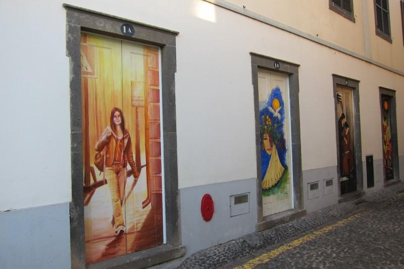 Brzké ráno v centru Funchalu, všechny dveře jsou ještě zavřeny