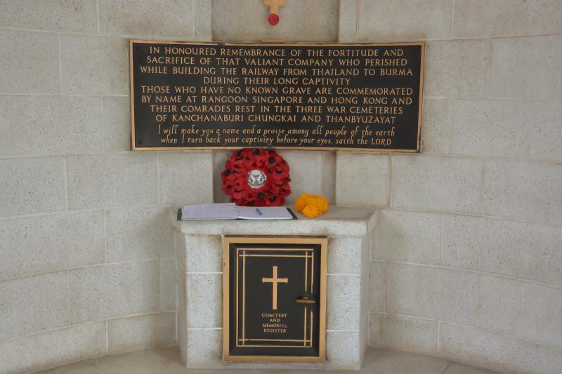 Pamětní deska na spojeneckém hřbitově Don Rak v Kanchanaburi, Thajsko