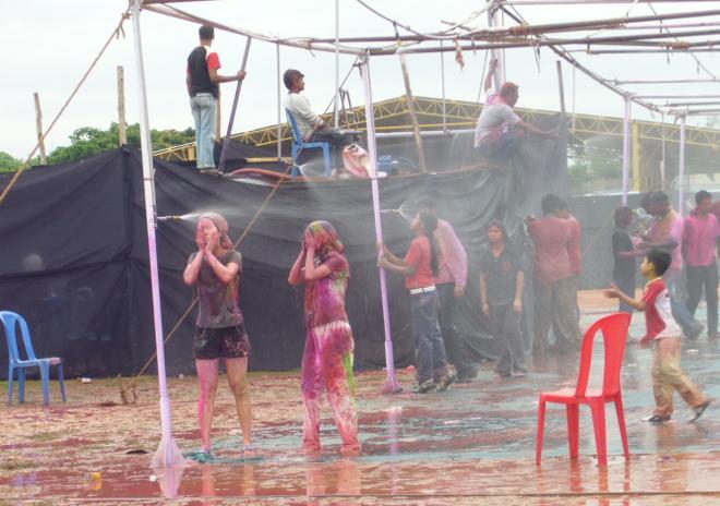 Oslavy Holi v Indickém Bangalore: taneční parket se sprchami