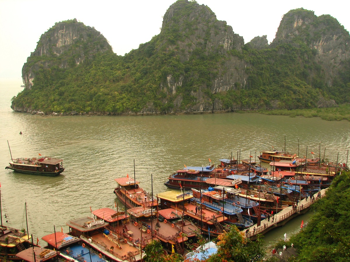 Lodě v zátoce Ha Long Bay