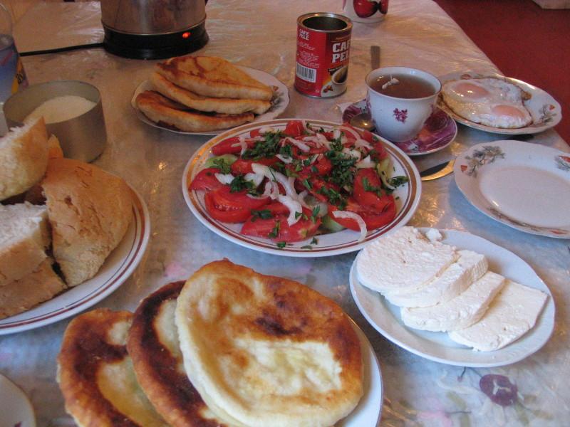 Bohatá gruzínská snídaně.