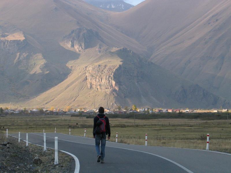 Spolucestující Kája na začátku údolí Sno, kudy vede liduprázdná nová silnice.