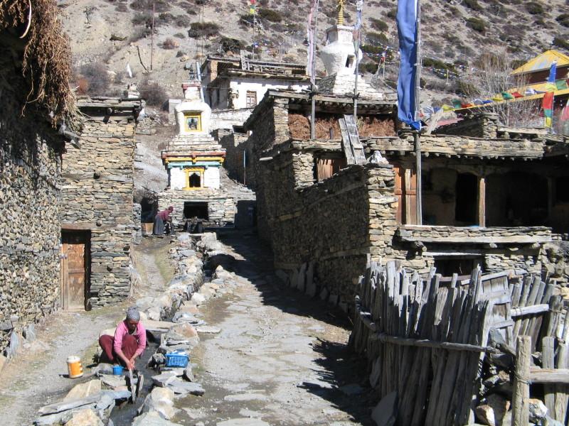 Praní prádla ve vesničce Ghyaru.