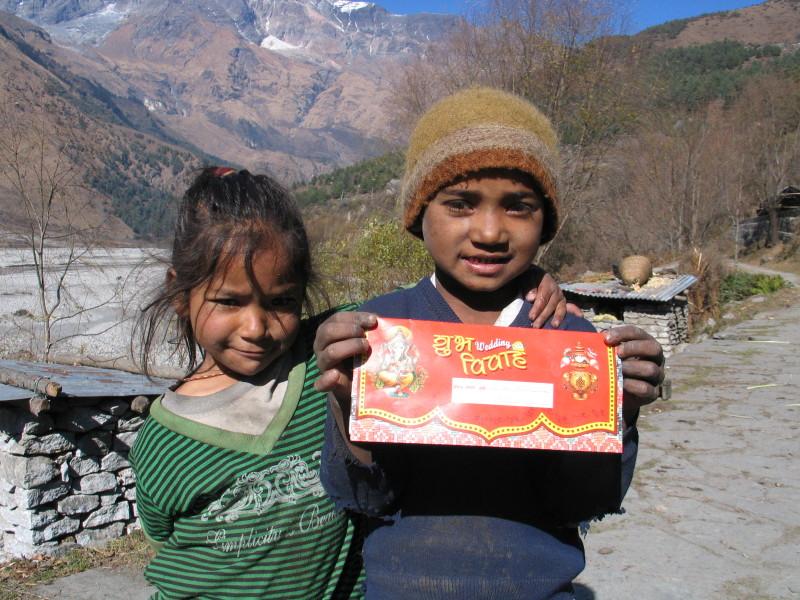 Děti u vesnice Kalopani.