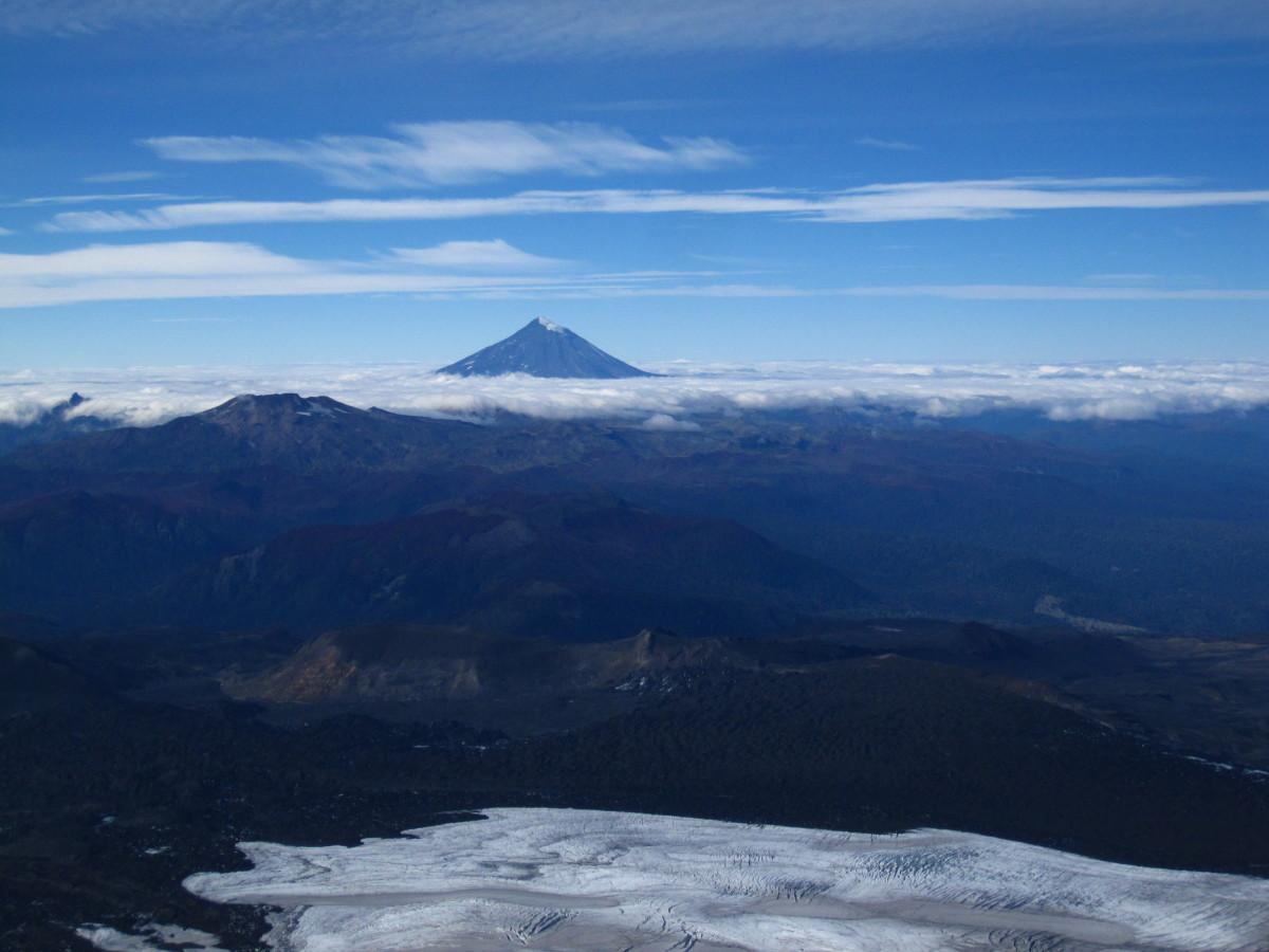 Pohled do okolí s dominantní sopkou Quetrupillán.