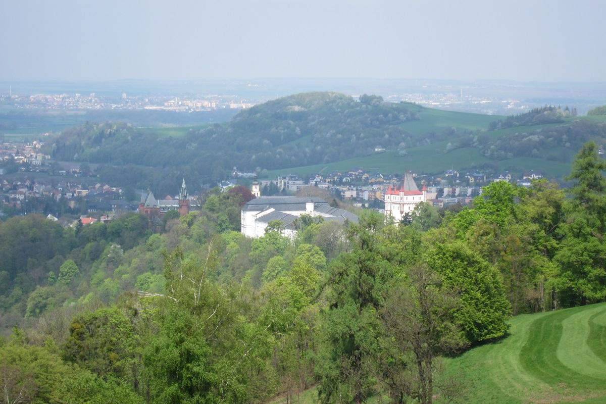 Pohled přes zámecký park na Červený zámek (vlevo), Bílý zámek (uprostřed) a Velkou věž (vpravo)