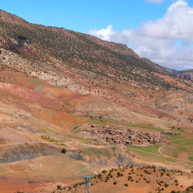 Berberská vesnice v údolí hor.