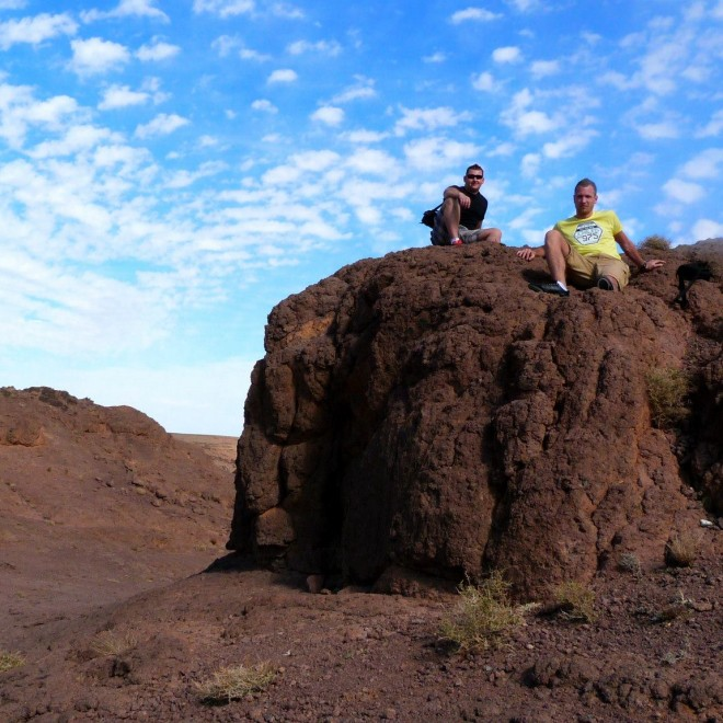 Dva kluci ležící na skalách.