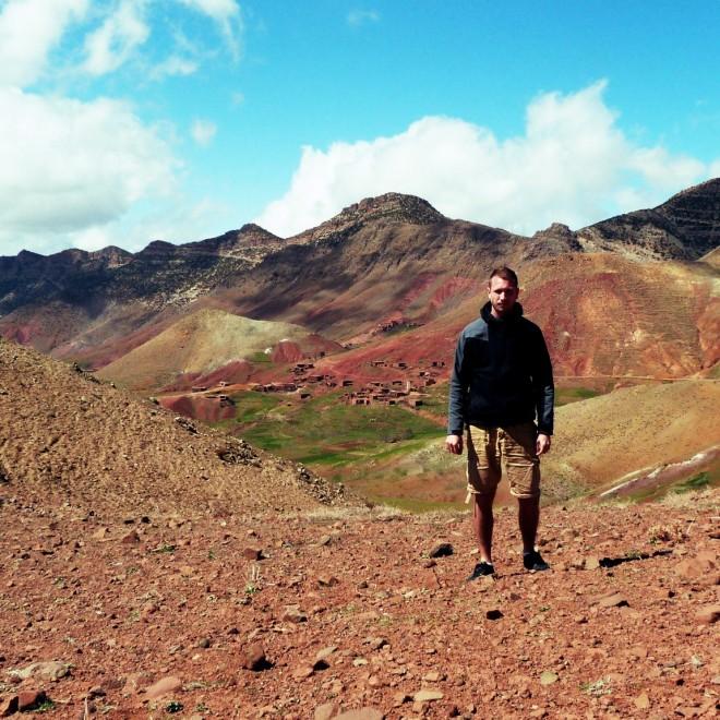 Já s barevně pestrými kopci v pozadí.
