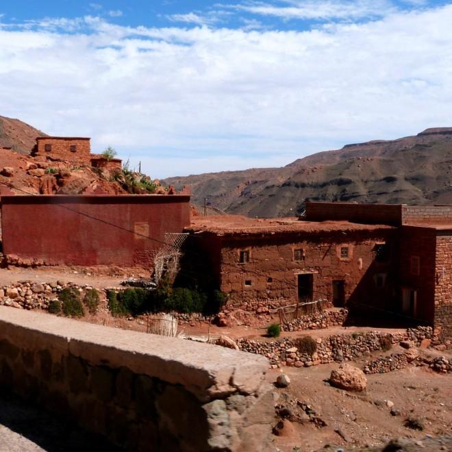 Hliněné berberské obydlí u silnice.