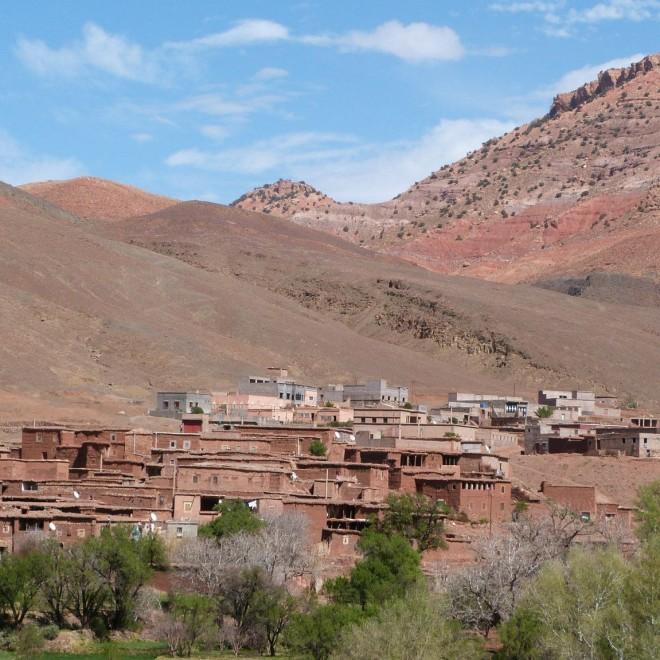 Berberská vesnice mezi vrcholky kopců.