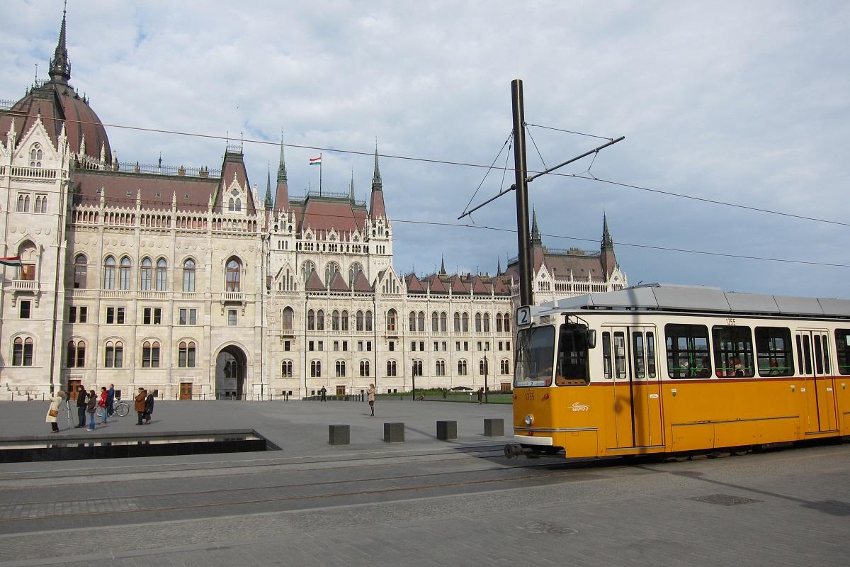 náměstí Kossuth Lajos tér a všudypřítomné žluté tramvaje, Budapešť