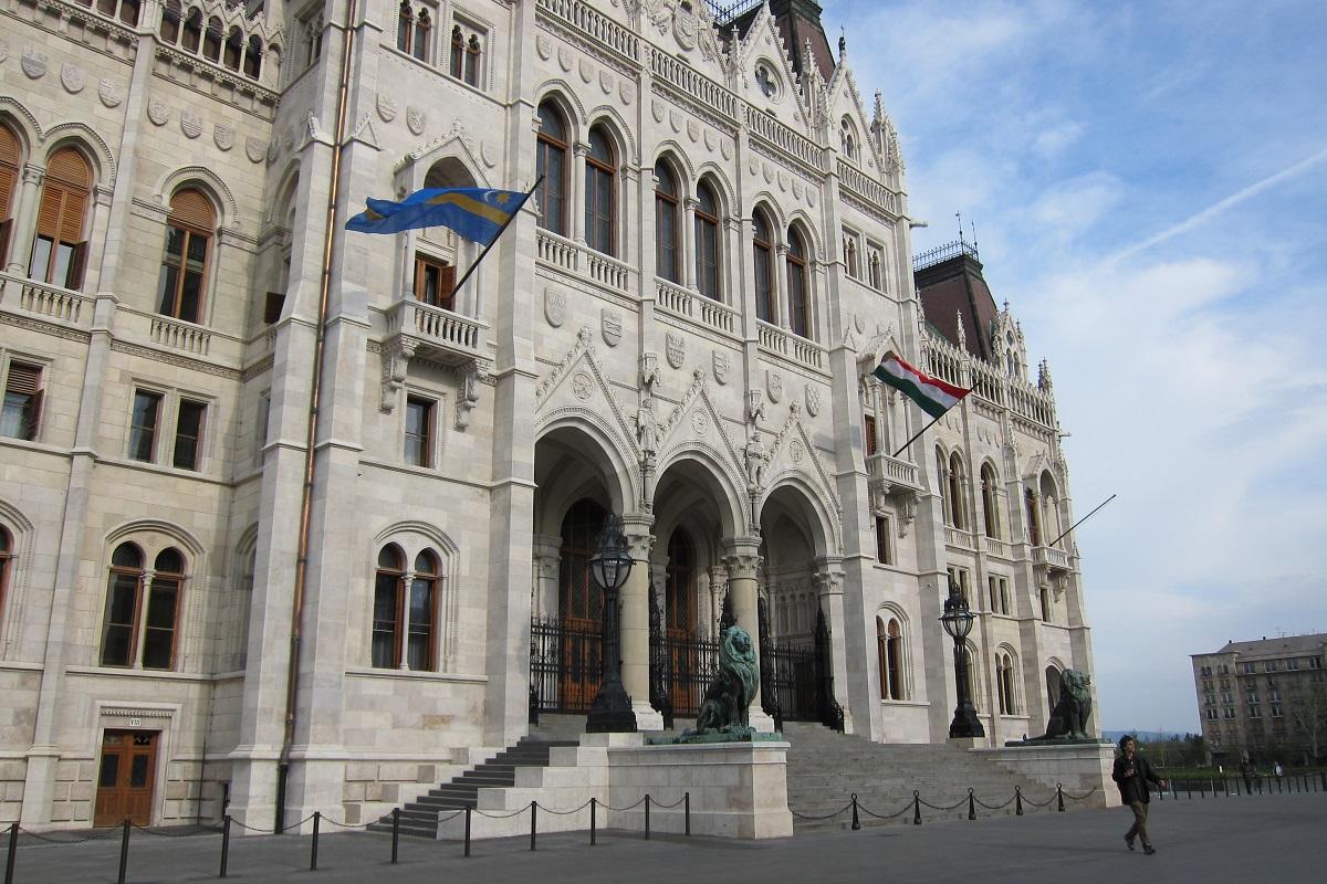 V popředí vlajka Szekelyů, Parlament, Budapešť