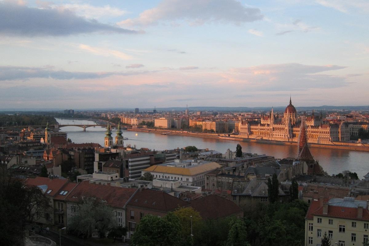 Budapešťský Parlament ve večerním slunci,  vlevo vzadu Markétin ostrov