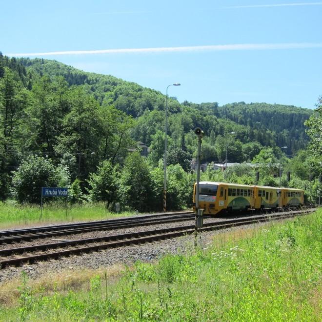 Regionova projíždí údolím Bystřice a blíží se do stanice Hrubá Voda
