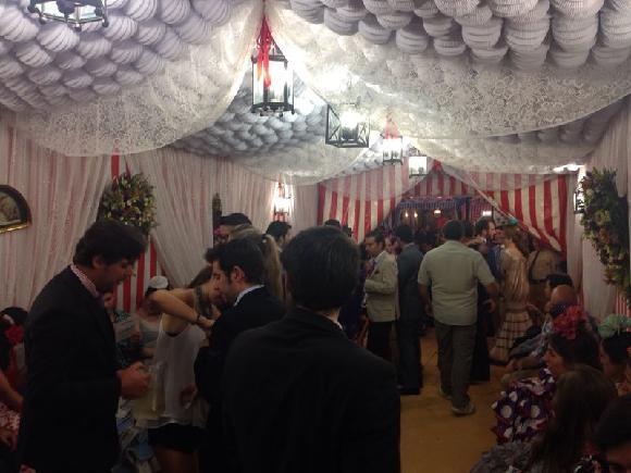 Uvnitř casetas - typického stanového party domu v době Feria de Abril