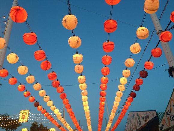 Výzdoba z barevných lampionů lemující sevillské ulice v době Sevilla Fair