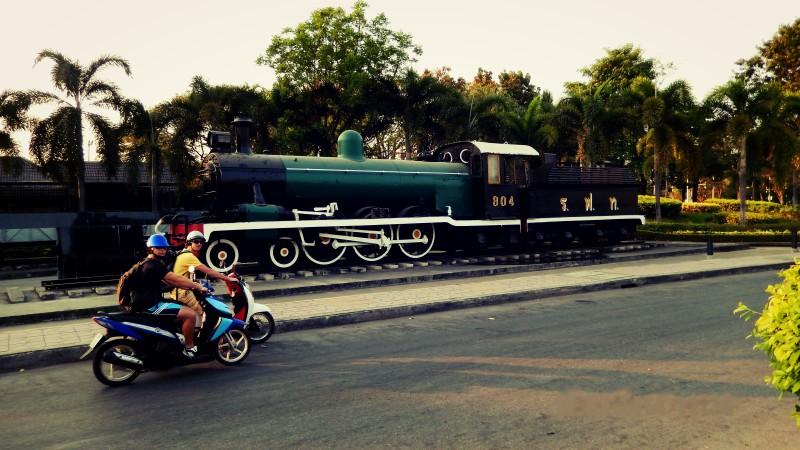 Motocykl a vlak.