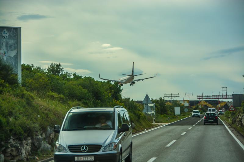 Nechali jsme se na silnici předjet letadlem...