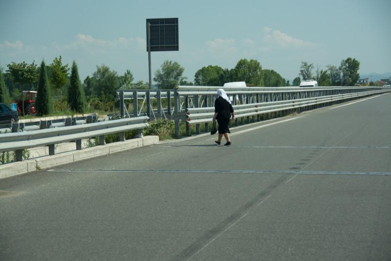 Pustili jsme přes dálnici přejít místní babičku... :-)
