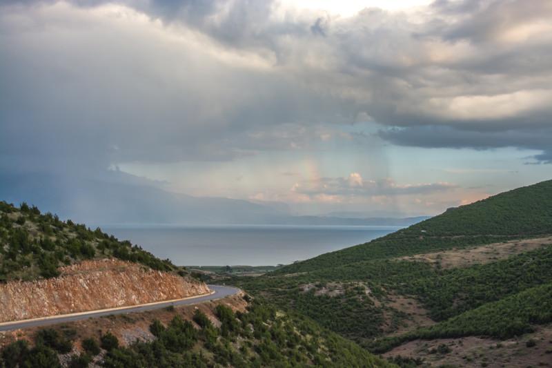 Na příjezdu k jezeru Ohrid v Albánii nás přivítala krásná duha.