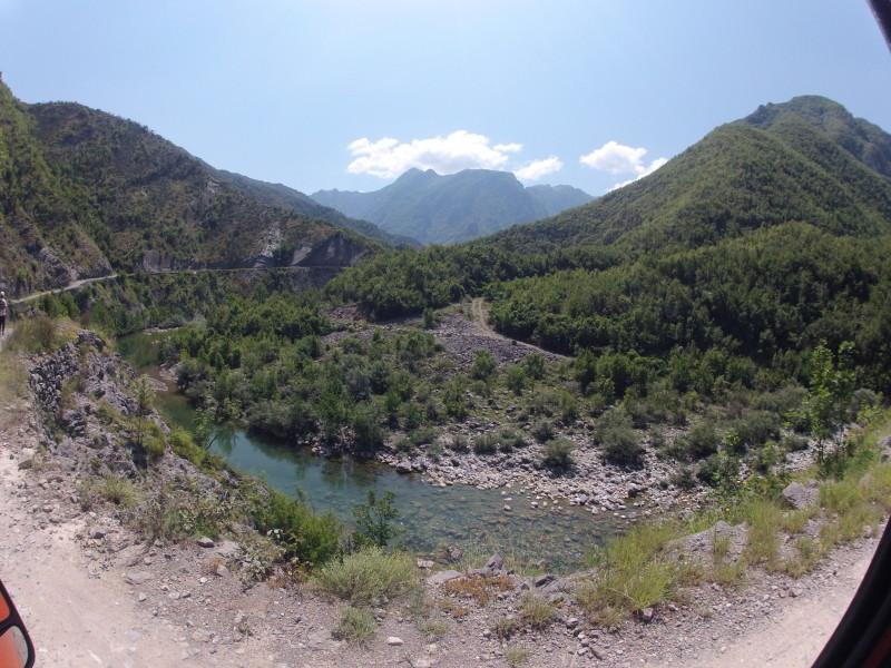 ... abysme se později okoupali v této nádherné řece s tak křišťálovou vodou, že byla křišťálovější, než nejkřišťálovější křišťálově čistý křišťál Standy Grosse.