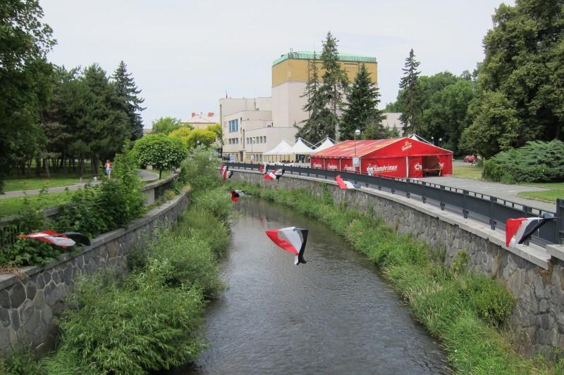 Za řekou Chrudimkou vidíme budovu divadla a zázemí přehlídky Loutkářská Chrudim