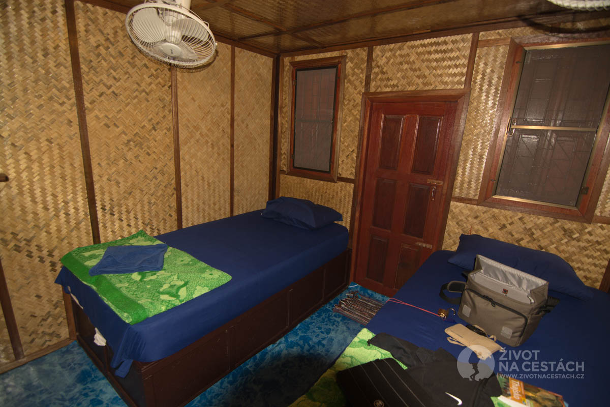 Vybavení chatek New Hut Bungalov - pohled od vstupních dvěří na postel. Ostrov Ko Samui, Thajsko