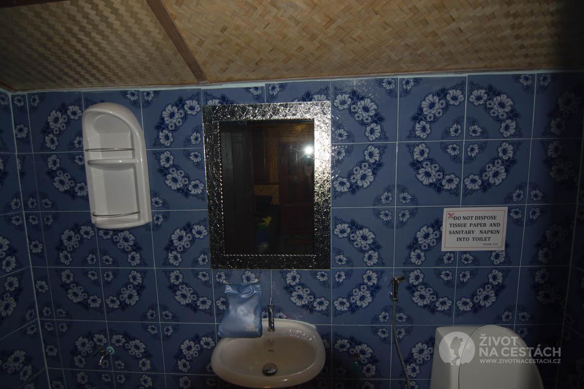 Koupelna v New Hut Bungalov. Ostrov Ko Samui, Thajsko