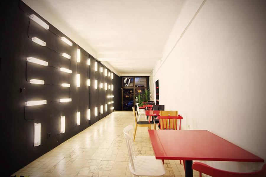 Interiér Denního baru Dvůr je minimalistický