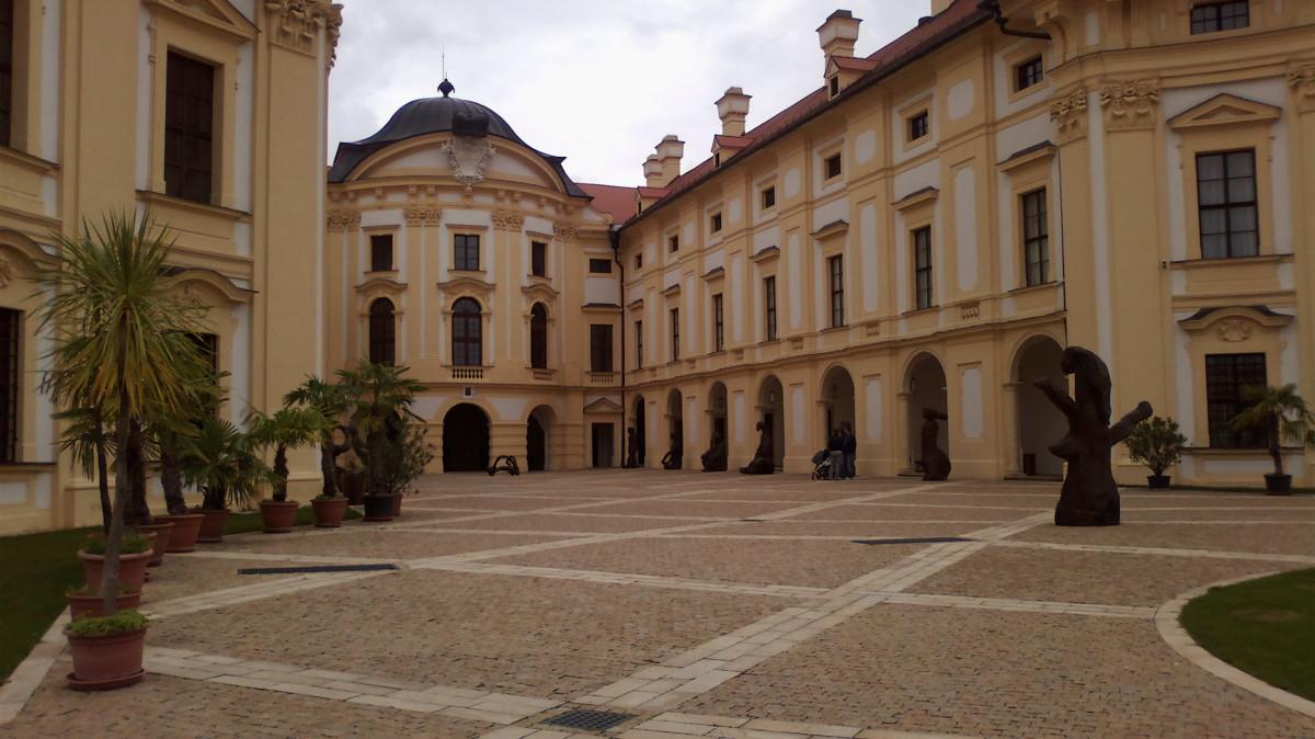 Slavkovský zámek - vstupní prostranství