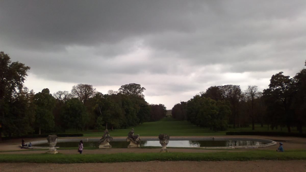 Zámecký park - za chvíli jej čeká pořádná závlaha z nebes