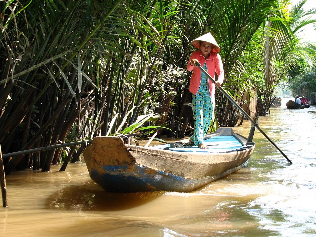 Vietnamská žena obratně proplouvá jednou z mnoha vodních cest na Mekongu